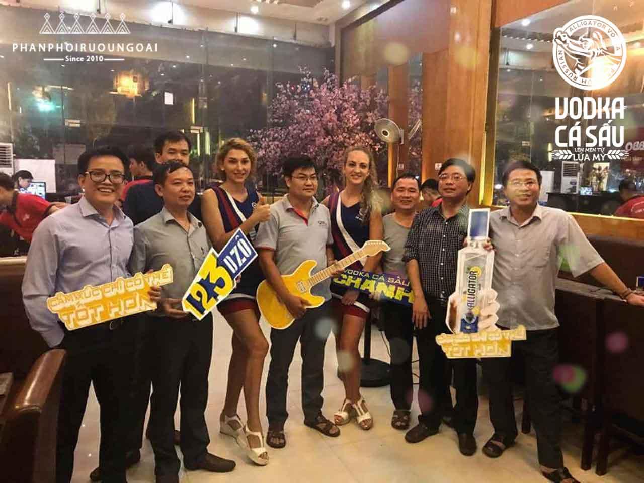 Khách hàng và đội ngũ PG Vodka Cá Sấu Chanh