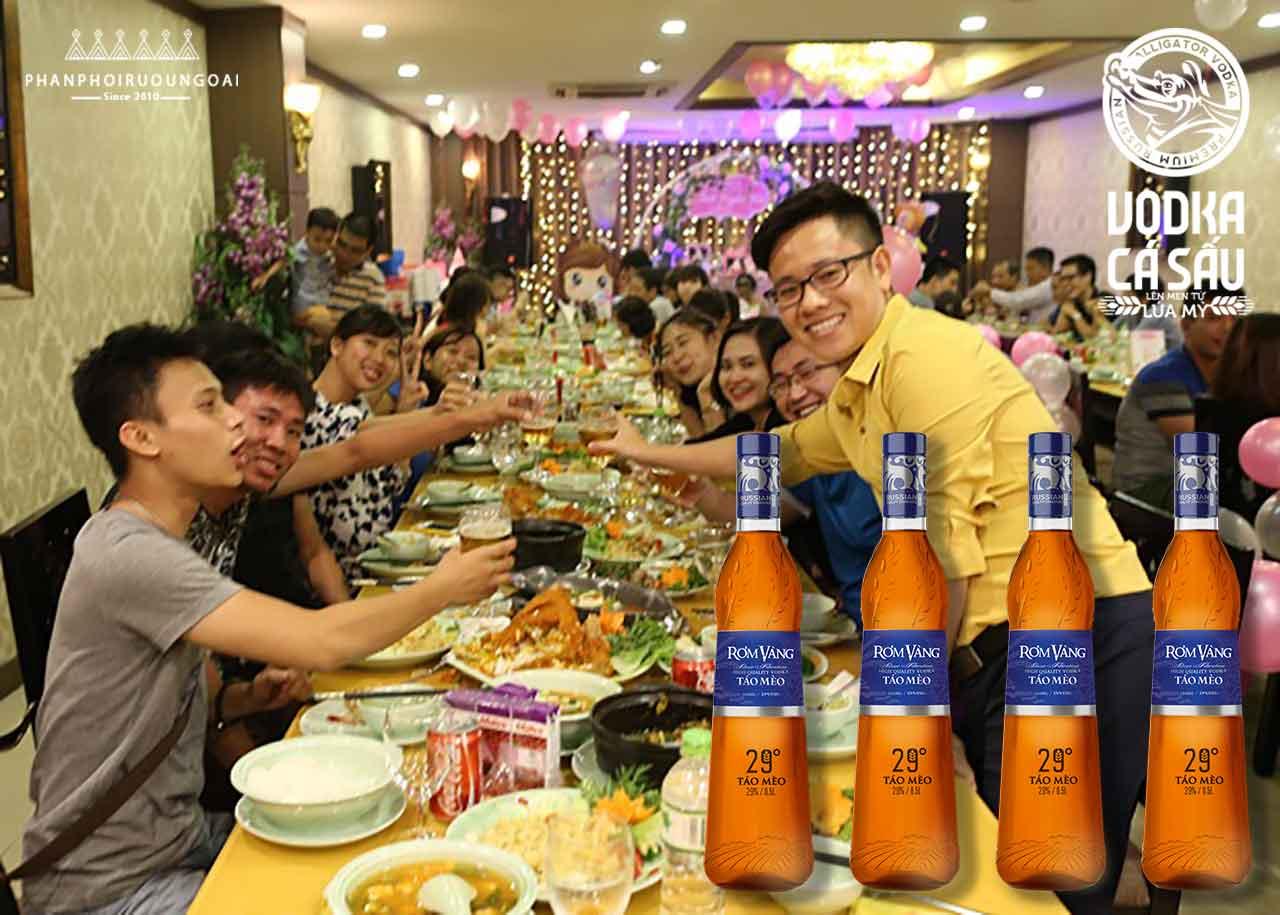 Tiệc liên hoan công ty với rượu táo mèo rơm vàng